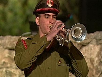 חייל מנגן בחצוצרה (תמונת AVI: אור גץ, חדשות)