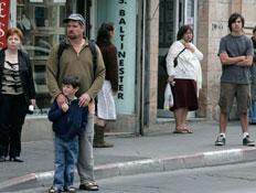 אנשים עומדים בצפירה ברחוב (צילום: רויטרס, חדשות)