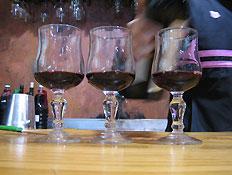 יקב מוני - 3 גביעי יין עם מעט יין בתוכם (צילום: דנה בר-אל שוורץ, קשת)