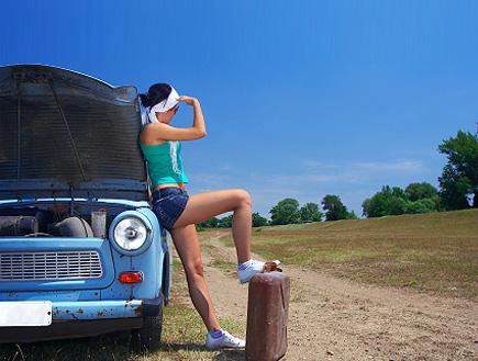 בחורה מחכה לדלק