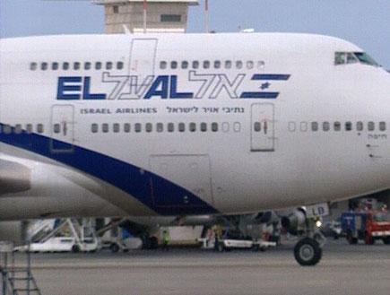 מטוס של אל על חונה בנתבג ליד מגדל הפיקוח (תמונת AVI: חדשות)