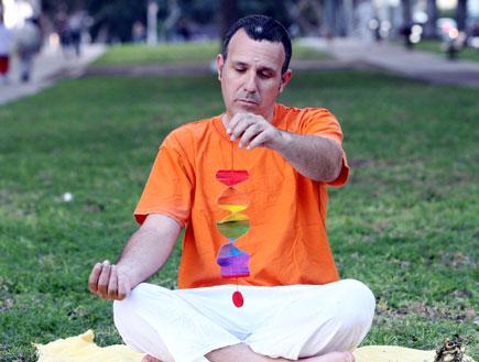 גבר עושה מדיטציה (צילום: עודד קרני)