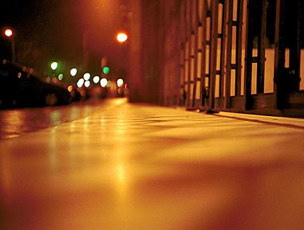 תקריב של מדרכה בלילה במדריד (צילום: iStock)