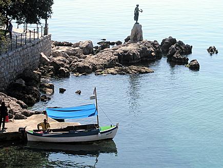 פסל של אישה על שפת הים באופטיה שבקרואטיה (צילום: SXC)
