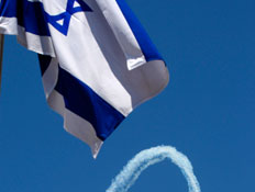 דגל מדינת ישראל כשברקע המטס