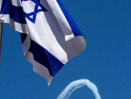 דגל מדינת ישראל כשברקע המטס (תמונת AVI: עדי רם, חדשות)