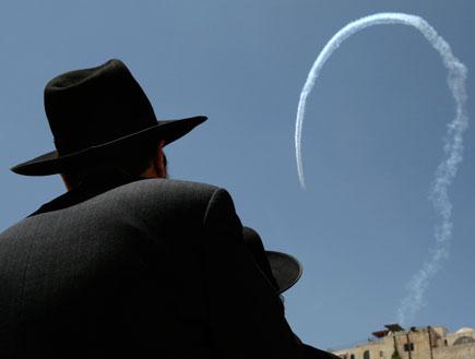 גבר חרדי צופה במטס יום העצמאות (תמונת AVI: עדי רם, חדשות)