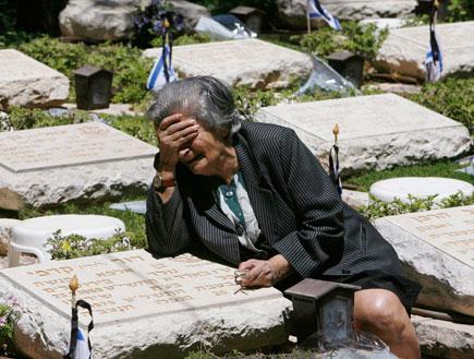 אישה קשישה בוכה על קבר (תמונת AVI: עדי רם, חדשות)