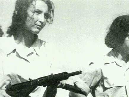 שתי חיילות מחזיקות רובה