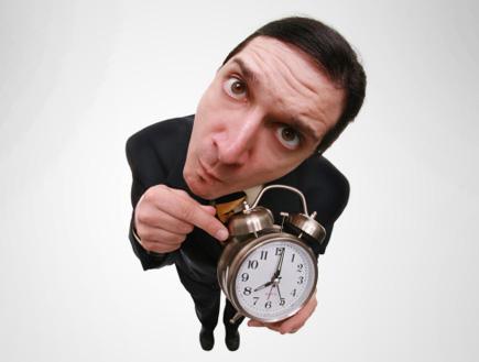 מצביע על שעון (צילום: Sharon Dominick, Istock)
