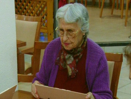 אישה קשישה עם עליונית סגולה (תמונת AVI: עדי רם, חדשות)