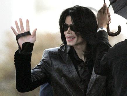 מייקל ג'קסון מנופף בידו (צילום: רויטרס)