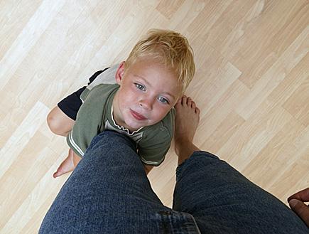 ילד בלונדיני מחבק את הרגל של אמו (צילום: Linda Bair, Istock)