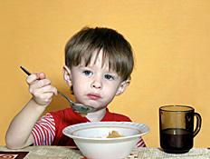 ילד בחולצה אדומה אוכל קורנפלקס (צילום: istockphoto)