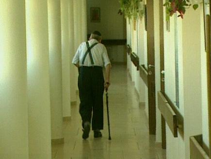 איש זקן הולך במסדרון (תמונת AVI: עדי רם, חדשות)