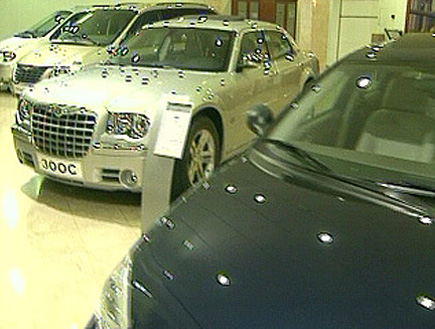 מכוניות מבריקות באולם תצוגה (תמונת AVI: חדשות ערוץ 2)
