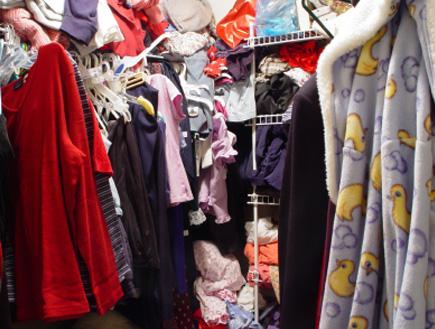 ארון בגדים מבולגן (צילום: gpflman, Istock)