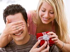 אשה עוצמת את עיני בעלה ומפתיעה אותו במתנה