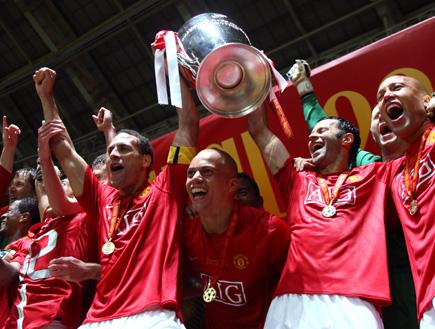 שחקני מנצ'סטר מניפים את גביע האליפות (תמונת AVI: עדי רם, חדשות)