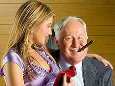 צעירה, סיגר, וגבר מבוגר
