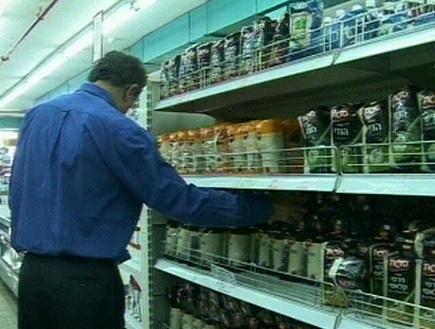 איש עורך קניות במדף האורז בסופר (תמונת AVI: עדי רם, חדשות)