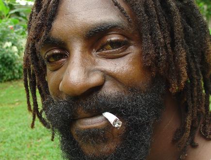 ראסטות וזקן עם ג'וינט בג'מייקה (צילום: עדי רם)