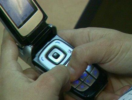 יד מחזיקה סלולרי (תמונת AVI: עדי רם, חדשות)