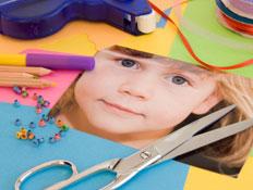 תמונה גזורה של ילדה על שולחן צביעה (צילום: Alina555, Istock)