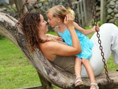אמא ובת בלונדינית על נדנת עץ (צילום: Maria Bobrova, Istock)