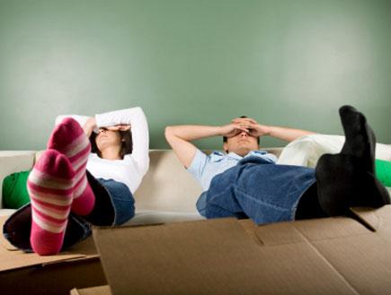 זוג שוכב תשוש לאחר מעבר דירה