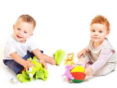 תינוקת ג'ינג'ית ותינוק בלונדיני יושבים ומשחקים בצע (צילום: nyul, Istock)