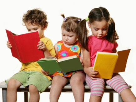 שלושה ילדים יושבים על ספסל וקוראים בספרים צבעוניים (צילום: Weekend Images Inc., Istock)
