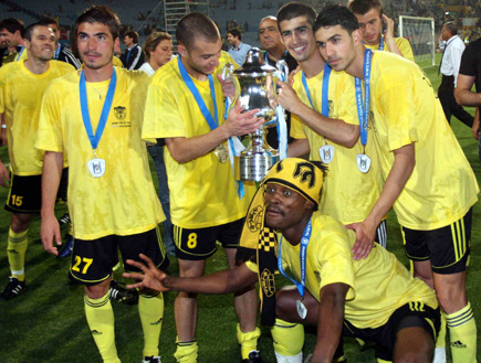 שחקני ביתר י-ם 2007-8 חוגגים עם גביע המדינה (צילום: עודד קרני)