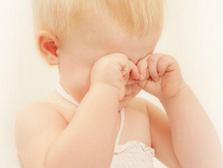 תינוק בוכה משפשף את עיניו (צילום: istockphoto)