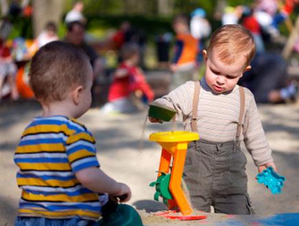 שני ילדים משחקים בצעצוע בחול (צילום: nyul, Istock)