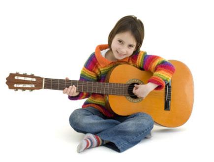 ילדה מנגנת בגיטרה (צילום: xavigm, Istock)