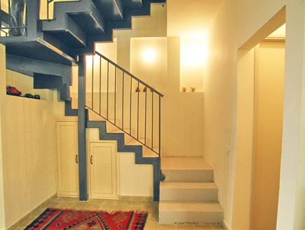 מדרגות שטיח ונישות (צילום: עדי רם)