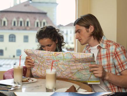זוג רוכן על מפה בבית קפה (צילום: עדי רם, jupiter images)
