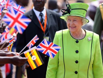 מלכת אנגליה בחליפה ירוקה לצד דגלוני בריטניה (צילום: רויטרס)