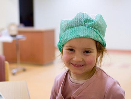ילדה עם כובע של ניתוח (צילום: FrankyDeMeyer, Istock)