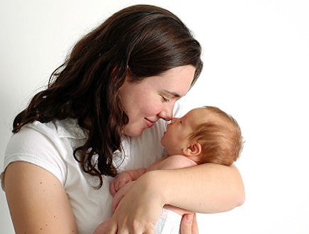 אמא מחזיקה את תינוקה (צילום: istockphoto)