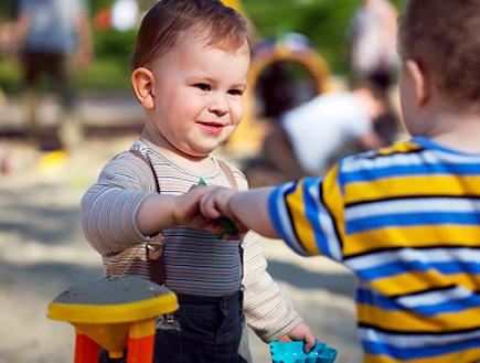 שני פעוטות משחקים (צילום: istockphoto)
