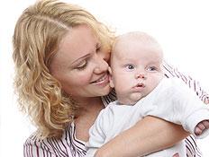 אמא מחבקת את תינוקה (צילום: istockphoto)