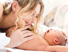 אמא מלטפת את תינוקה