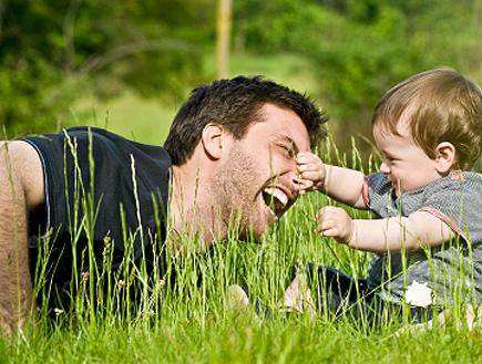 תינוק משחק עם אביו (צילום: ZoneCreative, Istock)