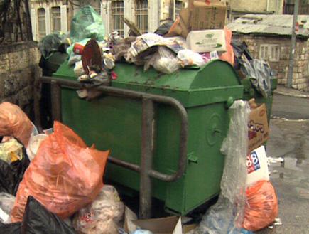 פח אשפה ירוק מפוצץ בזבל (וידאו WMV: חדשות)