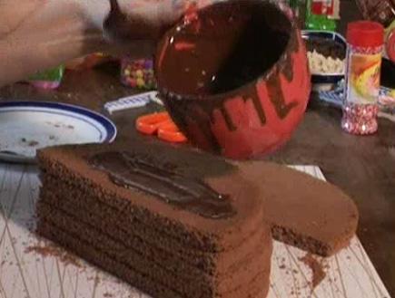 שני חצאי עוגה עם ציפוי שוקולד (וידאו WMV: עדי רם)