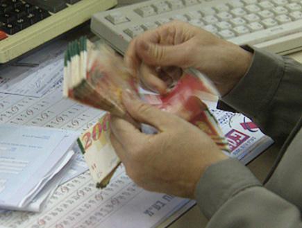 מישהו סופר כסף ישראלי (צילום: חדשות)