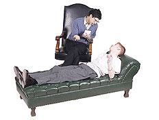 פסיכולוג יושב ומדבר עם המטופל שלו