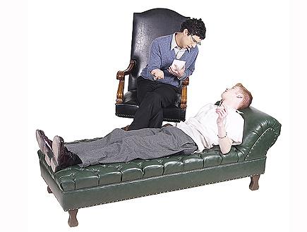 פסיכולוג יושב ומדבר עם המטופל שלו (צילום: Hemera Technologies, Istock)